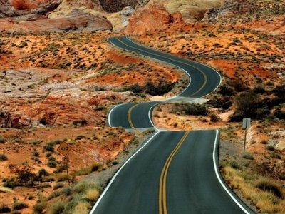 красивая и петляющая дорога