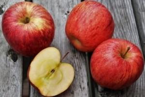 Три красных целых яблока и половина яблока