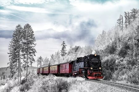 едет поезд в зимнем лесу