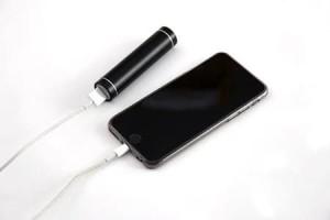Зарядка айфона повербанком