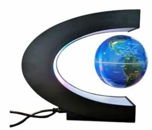 Глобус весит на магнитах