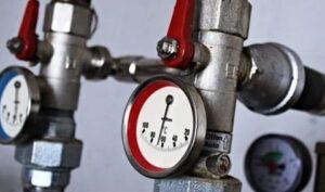 Трубы отопления с термометром